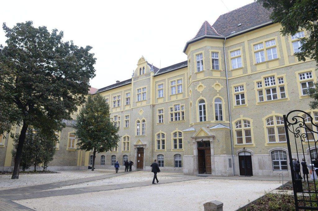 KRE BTK egyetemi épület kialakítása Dózsa György út